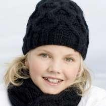 Woll-Mütze Silje mit breitem Zopfmuster in schwarz oder weiß.