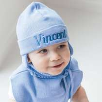 Im Set: Babymütze mit Namen, Schalkragen und Handschuhe in Hellblau oder Rosa.