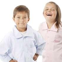 Pyjama mit eingestickten Namen oder Initialen aus Baumwolle in Hellblau oder Rosa.