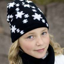 Winterliche Mütze mit eingestrickten Sternchen und mit Namen bestickt.