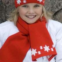 Passender Schal zur Mütze, mit eingestrickten Sternchen in rot und schwarz für Kinder.