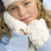 Woll-Handtusche Silje mit breitem Zopfmuster, passend zum Silje Schal und Mütze.
