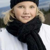 Wollschal Silje mit breitem Zopfmuster, passend zum Silje Handschuhe und Mütze.