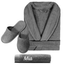 Bademantel und Handtuch 50x100 cm mit Initialen oder Namen sowie passende Hausschuhe.